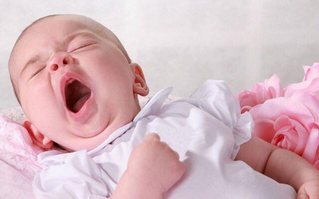 Nên làm gì khi bé ngủ không ngon giấc hay lăn lộn?